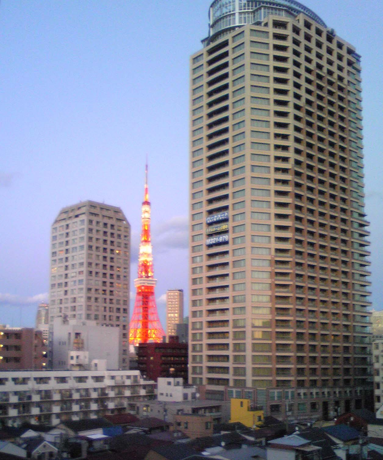 もうすぐ夕暮れの東京タワー